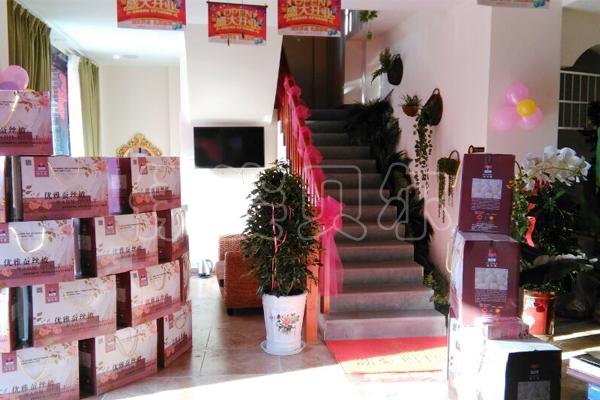 在图片中摆放了整齐的礼盒,这是美容院即将赠送给顾客的精美礼品哦.图片